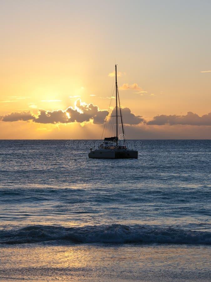 Yacht am Sonnenuntergang lizenzfreies stockbild
