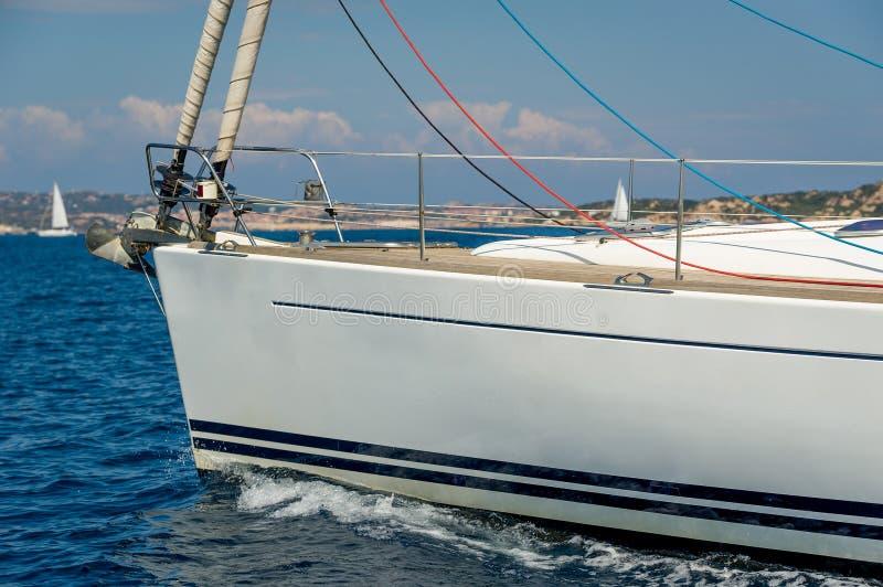 Yacht sotto il motore, vista vicina di navigazione della prua immagine stock libera da diritti