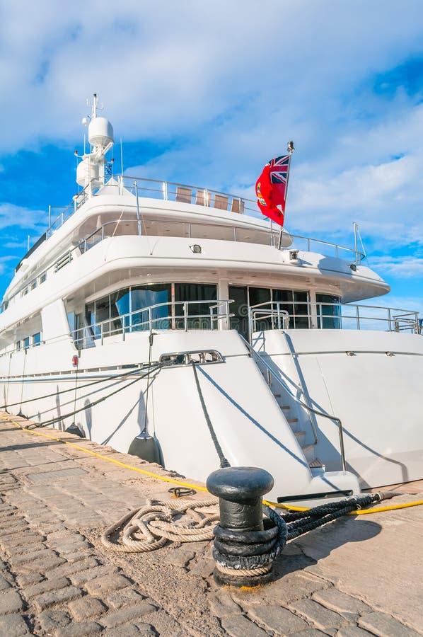 Yacht su acqua immagini stock