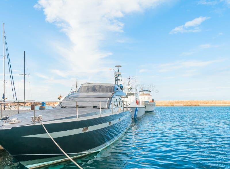 Yacht su acqua fotografia stock libera da diritti