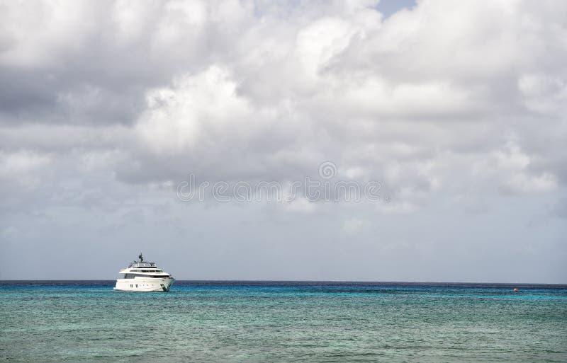 Yacht su acqua con il cielo nuvoloso immagini stock libere da diritti