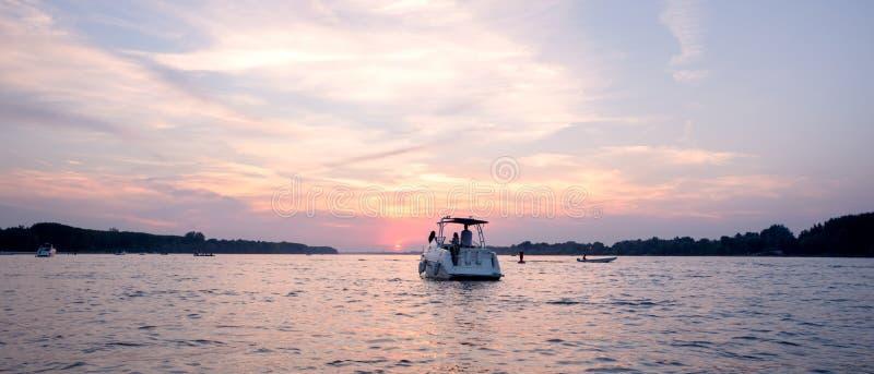 Yacht sul fiume nel tramonto immagine stock libera da diritti