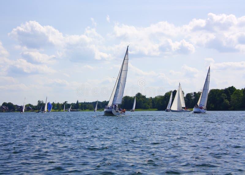 Yacht sul lago immagini stock