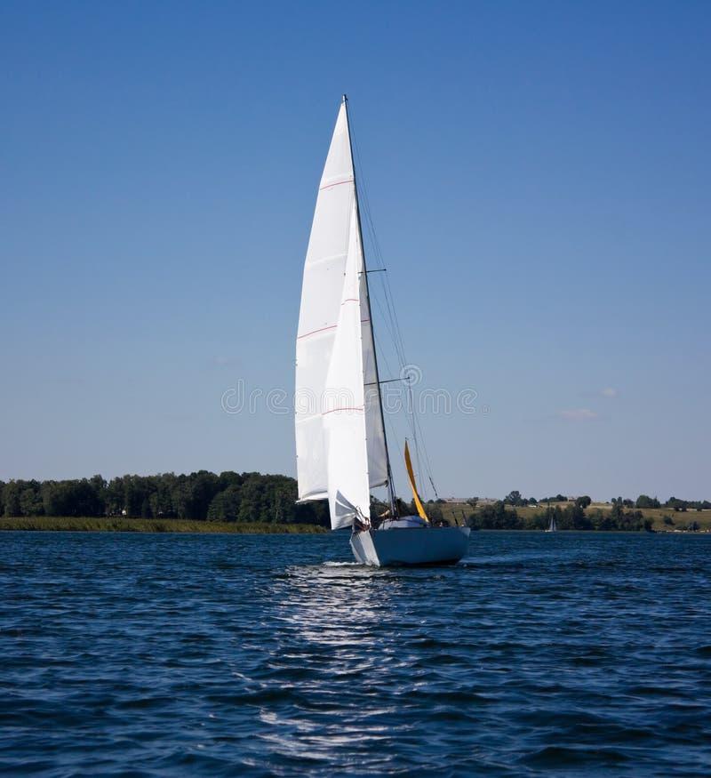 Yacht sul lago immagine stock