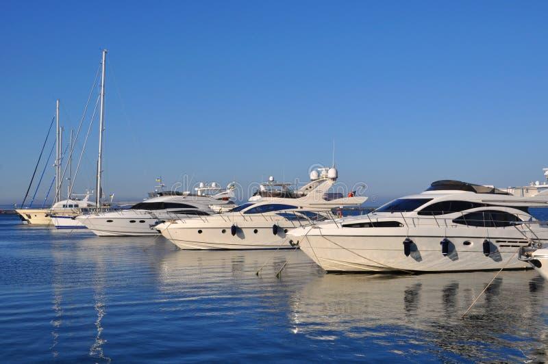 Yacht sulla banchina al porto di Odessa fotografia stock libera da diritti