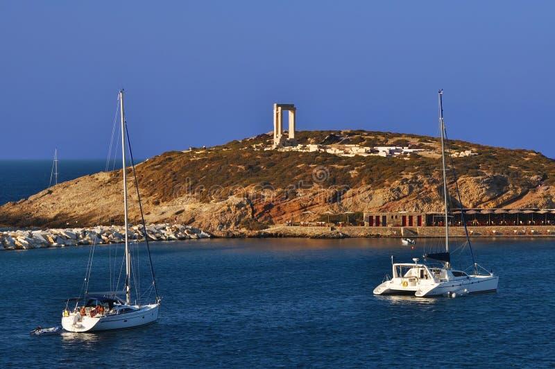 Yacht sulla parte anteriore del tempiale di Naxos immagine stock