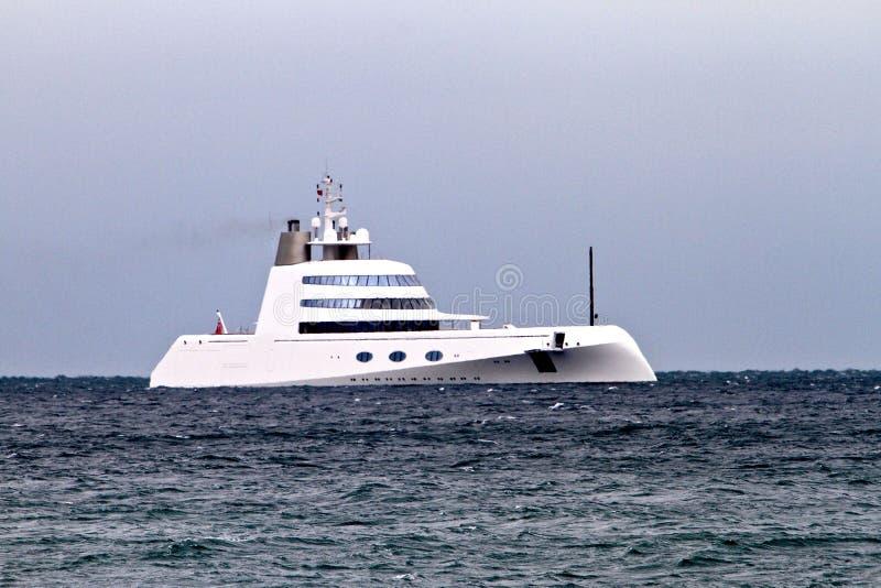 Yacht superbe amarré outre du rivage chez Rottingdean photographie stock libre de droits