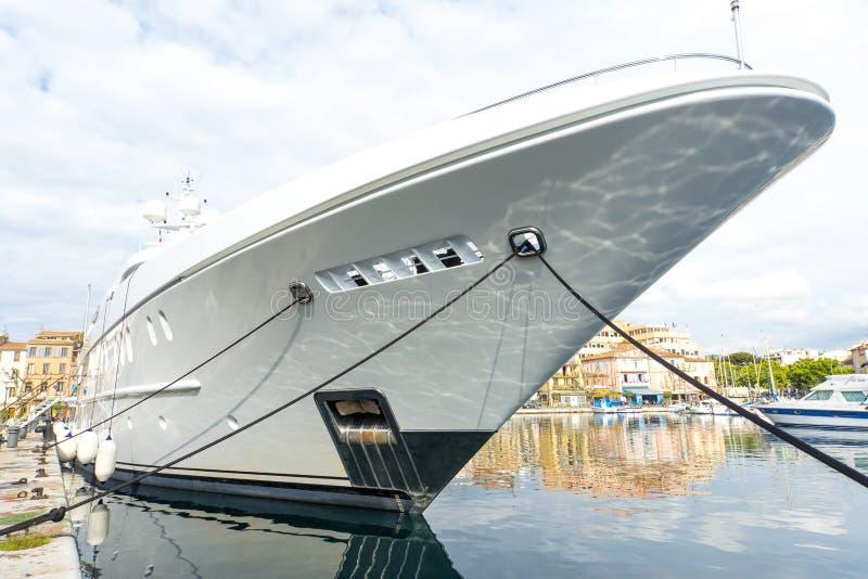 Yacht superbe de détail d'arc photographie stock