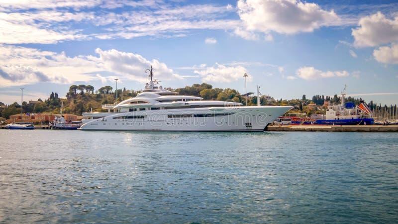 Yacht superbe de luxe accouplé à Corfou, Grèce images libres de droits