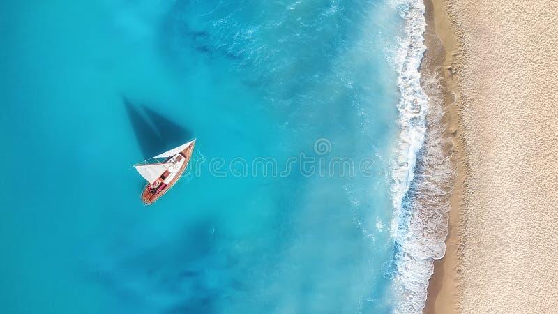 Yacht sur la surface de l'eau de la vue supérieure Fond de l'eau de turquoise de vue supérieure images stock