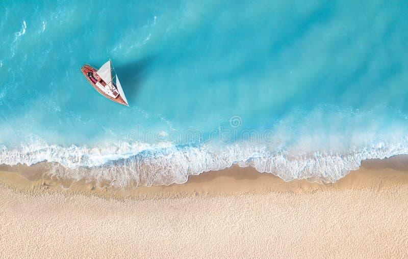 Yacht sur la surface de l'eau de la vue supérieure Fond de l'eau de turquoise de vue supérieure photos stock