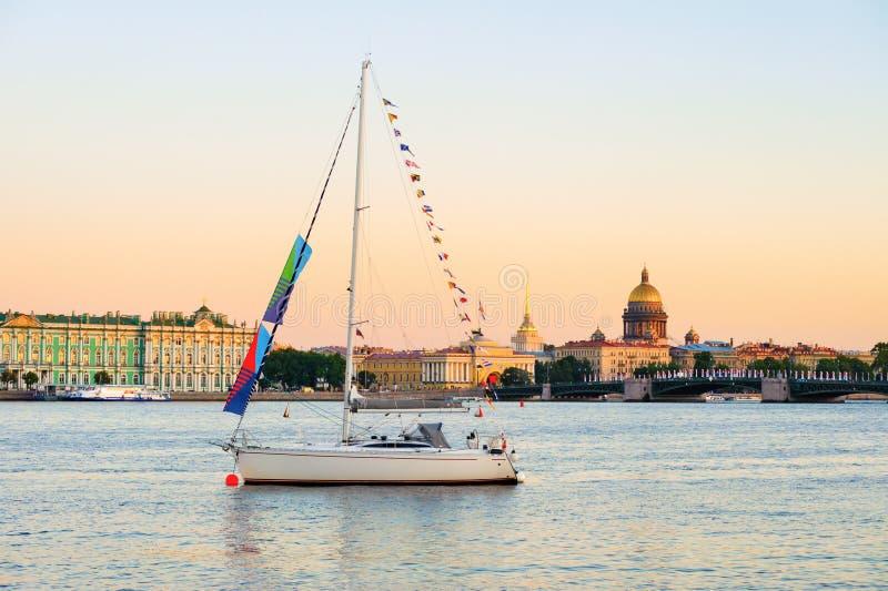 Yacht sur Neva River photo stock