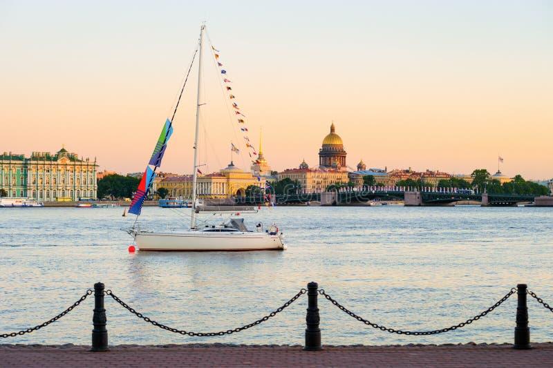 Yacht sur Neva River images libres de droits
