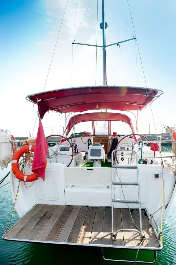 Yacht sur un point d'attache dans le port. photo stock