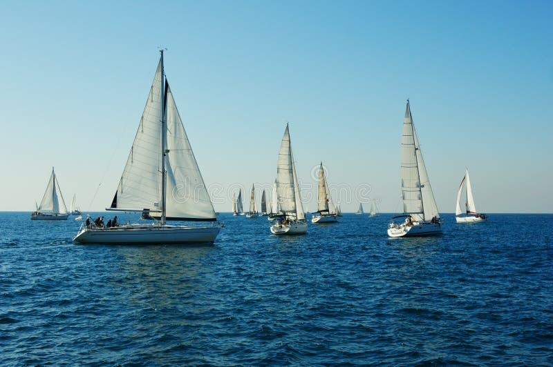 Yacht in un mare immagini stock libere da diritti