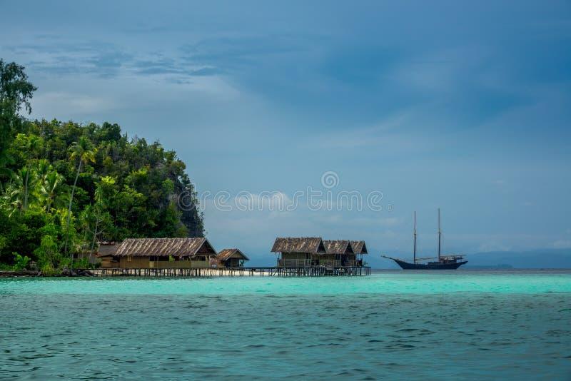 Yacht und Hütten auf dem Wasser lizenzfreie stockfotografie