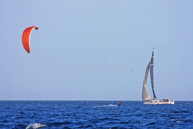 Yacht und kitesurfer lizenzfreies stockfoto