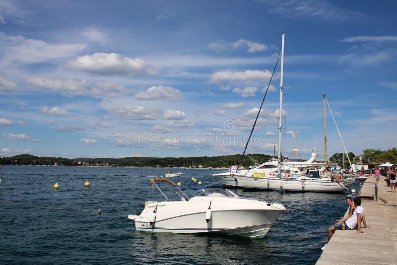Yacht und Motorboot am Kai in Rovinj, Kroatien stockfoto