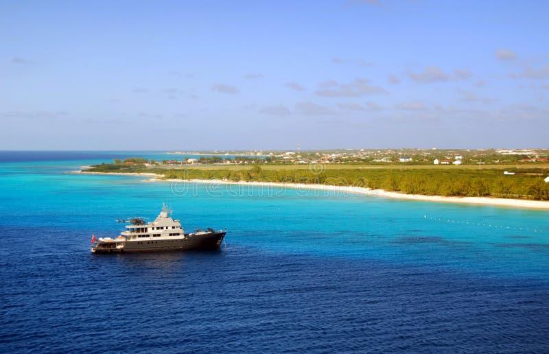 Download Yacht vicino all'isola fotografia stock. Immagine di elicottero - 3877178