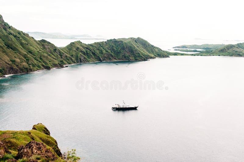 Yacht vicino all'isola di Padar, parco nazionale in Nusa Tenggara orientale, Indonesia di Komodo immagini stock libere da diritti