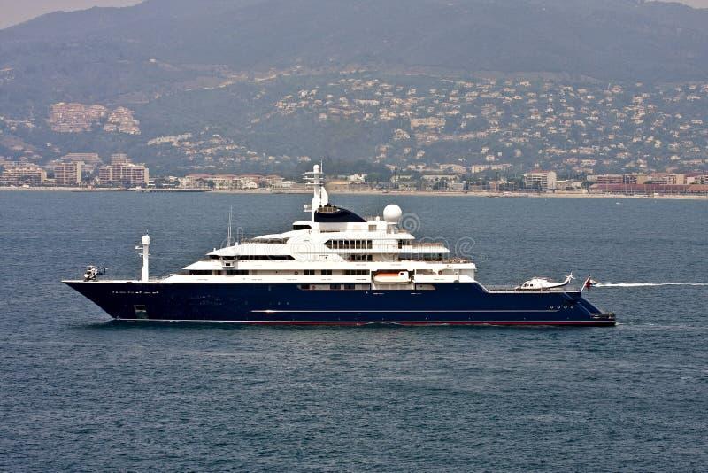 Yacht Con Elicottero Prezzo : Yacht voluminoso con due elicotteri fotografie stock