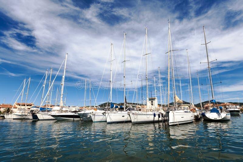 Yachten auf dem Dock im Hafen Grimaud lizenzfreie stockfotos