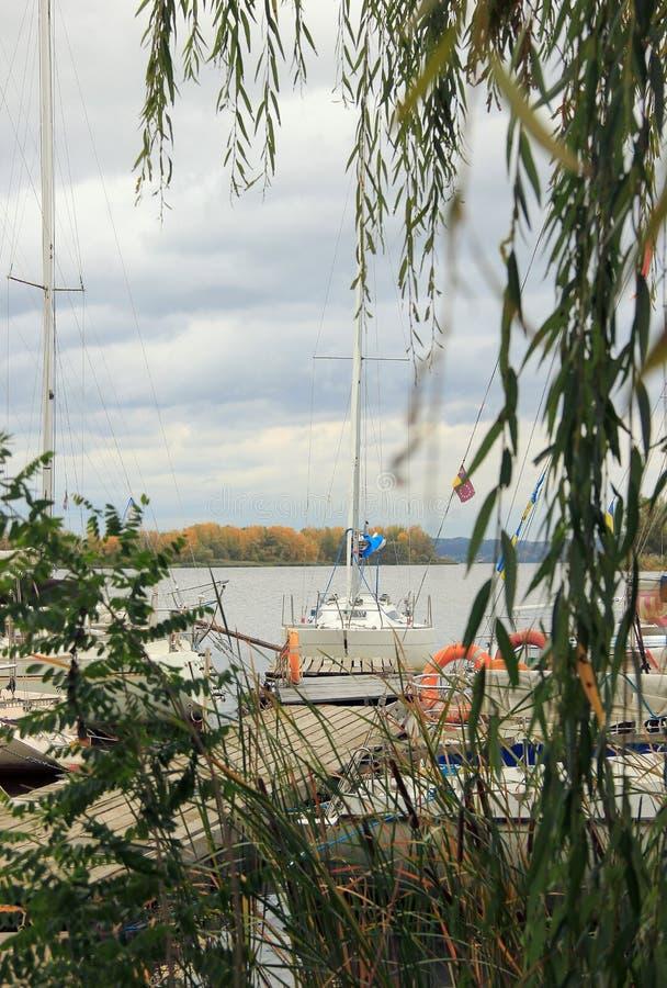 Yachten auf dem Fluss Dnipro stockfoto