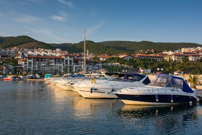 Yachten bei Sonnenuntergang bulgarien Sveti Vlas stockfotos