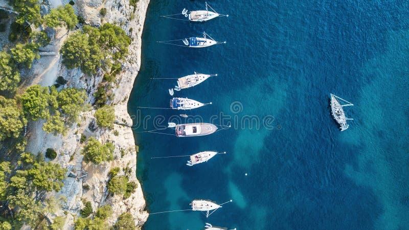 Yachten in dem Meer in Frankreich Vogelperspektive des sich hin- und herbewegenden Luxusbootes auf transparentem Türkiswasser am  lizenzfreie stockfotografie