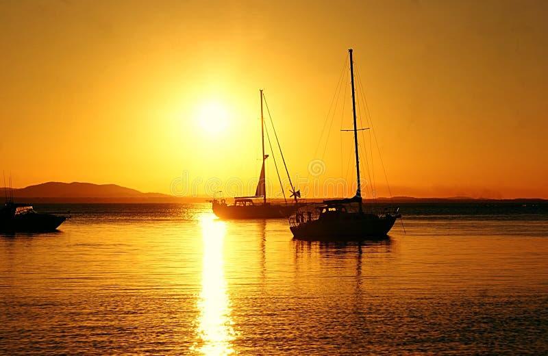 Yachten an der Glättung des Sonnenuntergangs stockfotografie