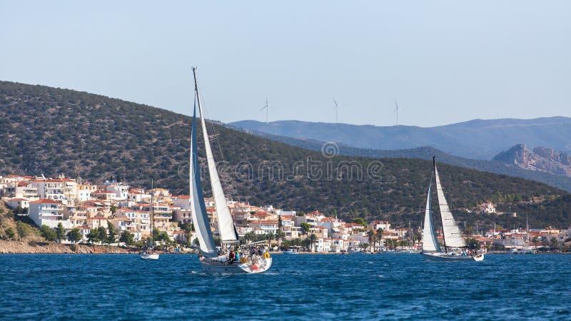Yachten an der Segelnregatta in dem Ägäischen Meer nahe den griechischen Inseln lizenzfreie stockbilder