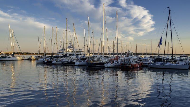 Yachten, die an Charlottetown-Hafen im Sonnenuntergang ankoppeln stockbild