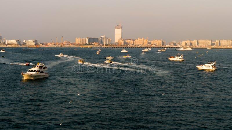 Yachten, die in das Meer bei Sonnenuntergang segeln stockbild