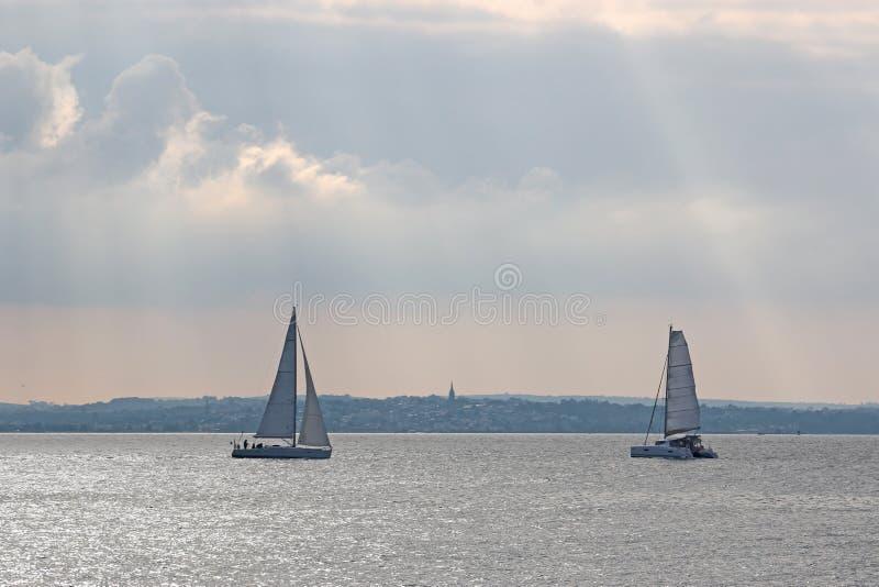 Yachten, die in das Solent segeln lizenzfreie stockfotos