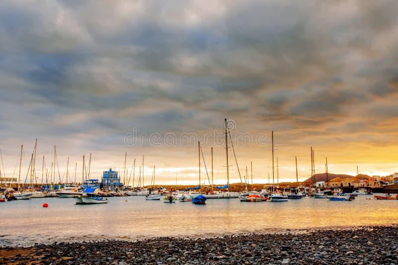 Yachten, die im Hafen bei Sonnenuntergang, Hafenyacht parken lizenzfreies stockbild
