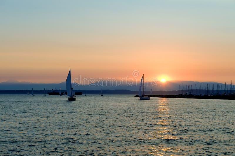 Yachten, die am Sonnenuntergang segeln stockfoto