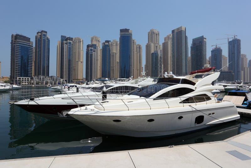 Yachten am Dubai-Jachthafen stockbilder