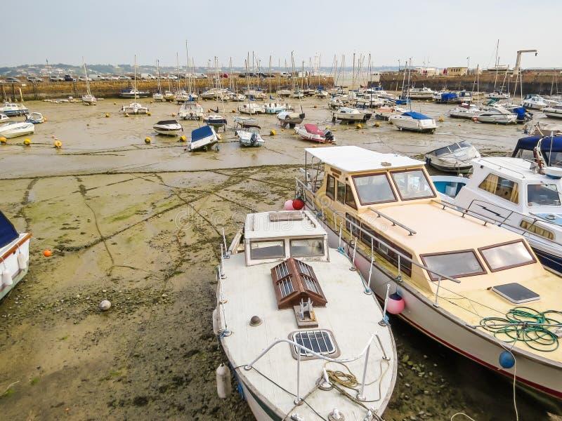 Yachten in einem Hafen während des Ausflusses stockfoto