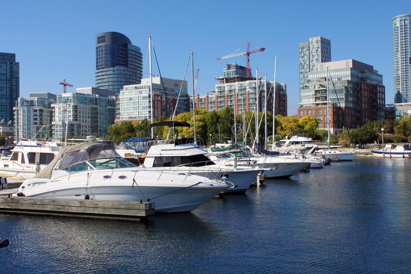 Yachten in einem im Stadtzentrum gelegenen Toronto-Jachthafen lizenzfreie stockfotografie