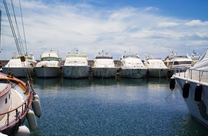 Yachten in einem Jachthafen stockfoto