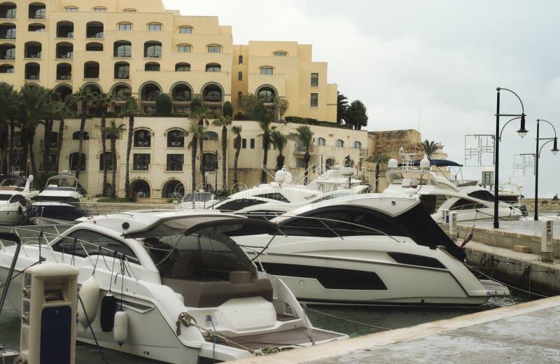 Yachten festgemacht bei Portomaso, Malta lizenzfreies stockbild