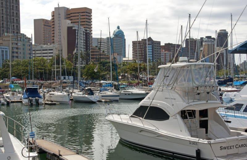 Yachten festgemacht im Hafen gegen Durban-Stadt-Skyline lizenzfreie stockfotos