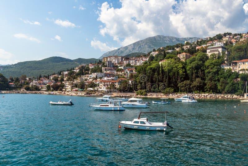 Yachten im Hafen auf dem Hintergrund des Herceg Novi, Montenegro lizenzfreie stockbilder