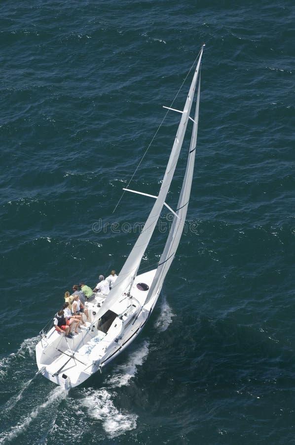Yachten konkurrerar i Team Sailing Event royaltyfria bilder