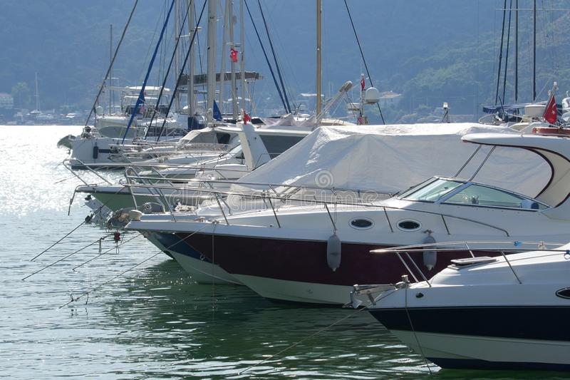 Yachten legen in Fethiye-Jachthafen, Mugla, die Türkei an stockfoto