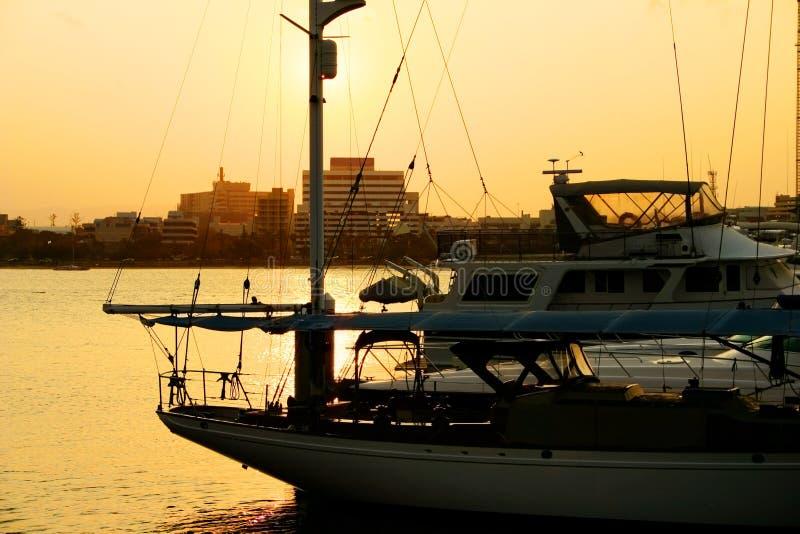 Sonnenuntergang-Yacht-Jachthafen stockfotos