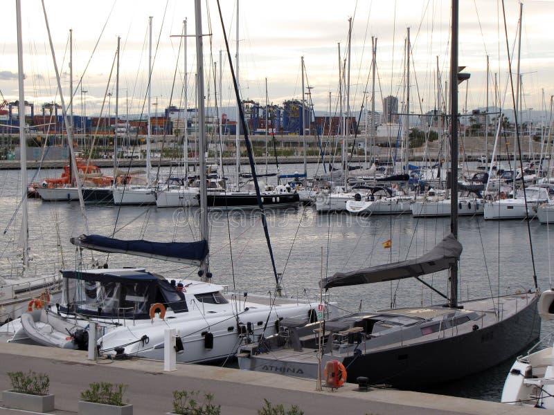 Yachten machten nahe dem Damm der Valencia-Stadt von Spanien an einem klaren sonnigen windigen Tag fest europa Treibnetz für Thun lizenzfreie stockfotografie