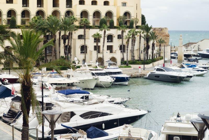 Yachten machten an Portomaso-Jachthafen in julianischem St. fest stockfotografie