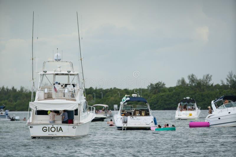 Yachten in Miami Foto von Leuten an der Sandbank stockfotos