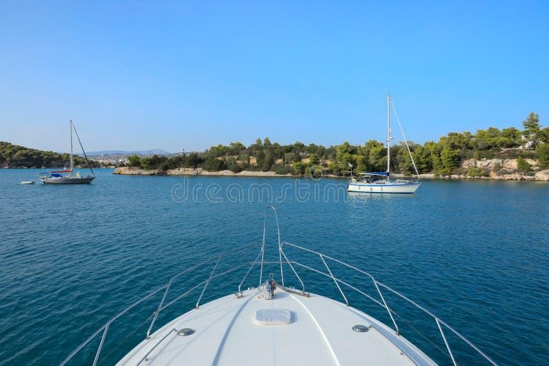 Yachten oder Vergnügungsdampfer, die in einer Bucht nahe Porto Heli, Peloponnes, Griechenland verankern stockfotos